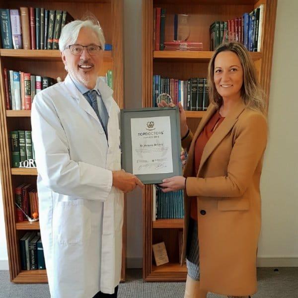 Raquel Solano entrega en Barcelona el Premio Top Doctors 2018 al Dr. Antonio de Lacy