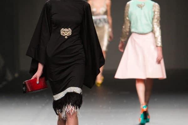 La moda femenina, diseñadores que marcan estilo y elegancia. Modelos en pasarela